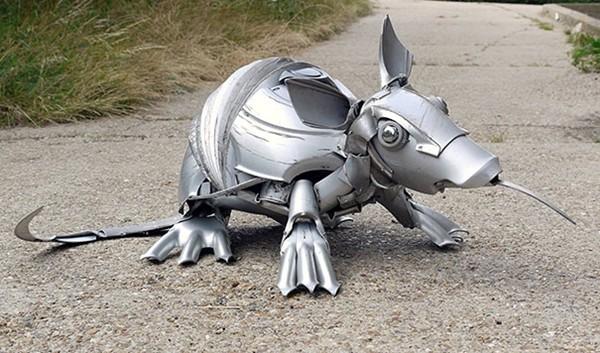 車の金属部品でメタリックな動物彫刻!ホイールキャップ (16)