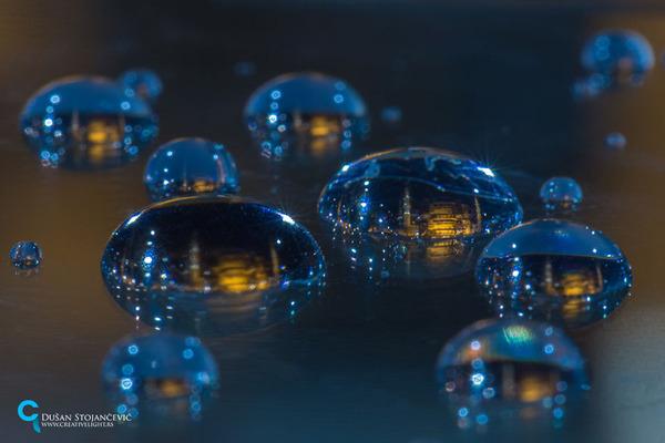 不思議な球体。水滴と水滴の中に映る街の景色 (3)