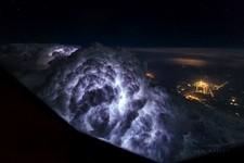 ラピュタが現れそう…!コックピットから撮影された壮大な空の写真