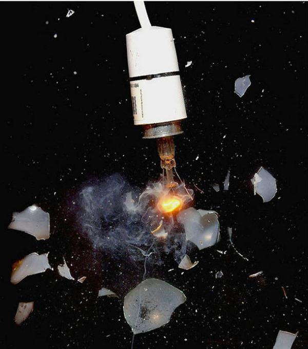 電球 弾丸が貫通する写真、スーパースローモーション (21)