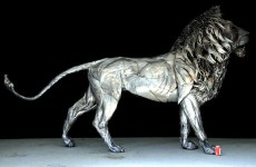 鋼鉄の獅子!四千のスクラップ金属で作られたライオン彫刻