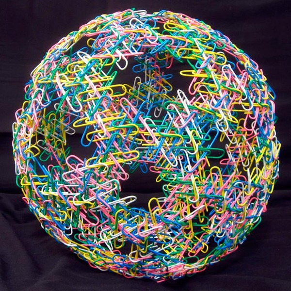 規則的!事務用品などの小物で作られた幾何学的な彫刻 (1)