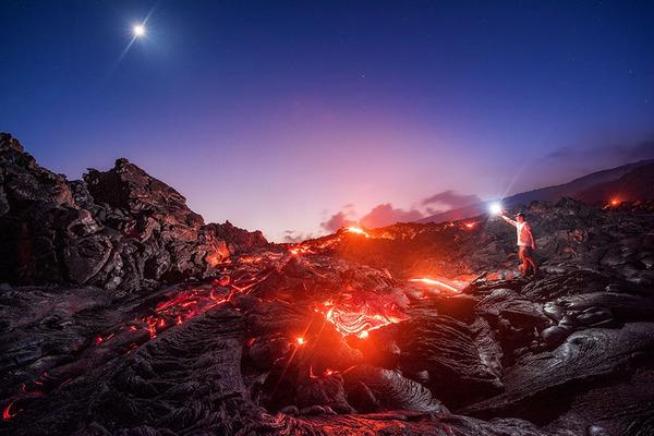天の川と流れ星と月と溶岩が同時に撮影された奇跡の写真 (2)