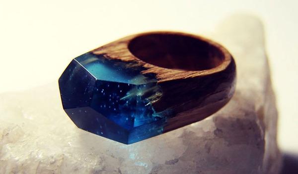 小さな世界が隠されている木と樹脂の指輪 (9)
