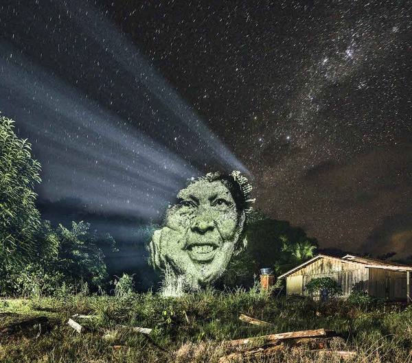 アマゾンの森に投影されたブラジル先住民スルイ族 (7)