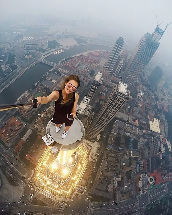高い所怖い!ロシア女性が超高いビルなどで自撮り画像 (9)