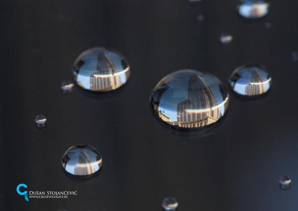 不思議な球体。水滴と水滴の中に映る街の景色 (15)