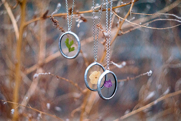 花びらや葉っぱなどの自然が閉じ込められたガラスのネックレス (12)