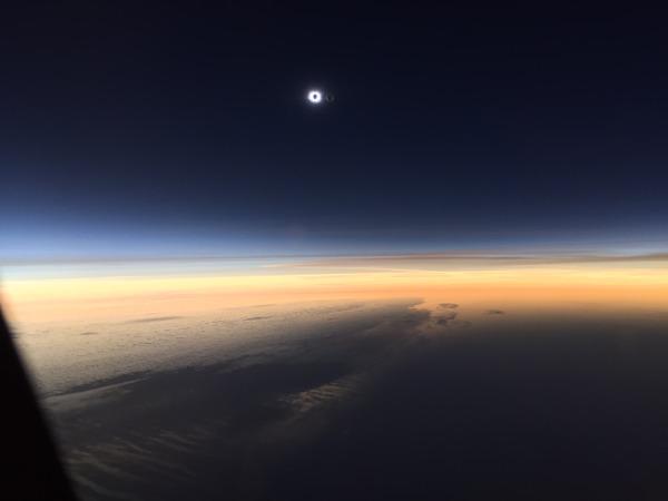 コックピットから撮影された日食