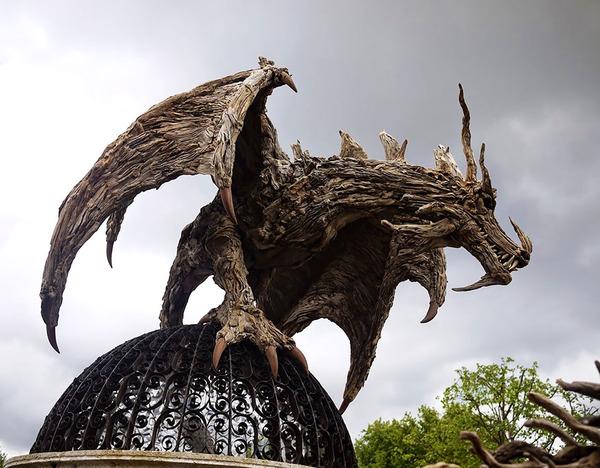 流木で作られたドラゴンの彫像,彫刻