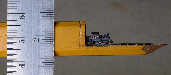 手先器用すぎ!機関車他、鉛筆の芯に彫る超小さな彫刻 (1)