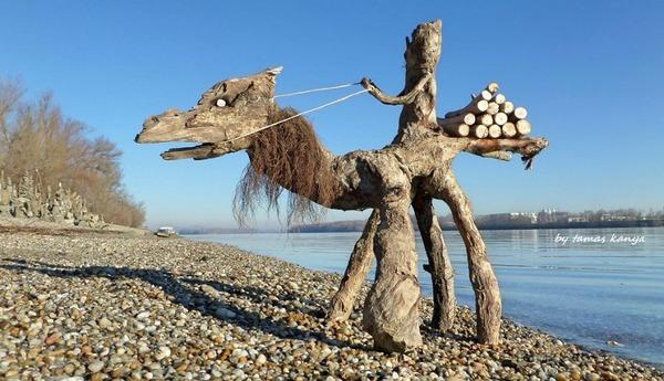 歪な形がゾンビっぽい!ドナウ川の流木で作られた彫刻作品 (8)
