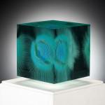絵が描かれたキューブ状のガラス!層状のガラス細工作品