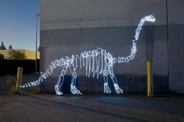 街を徘徊する骨となった恐竜