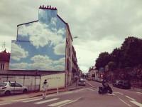 街頭に空を!青空が反射するような爽やかなストリートアート
