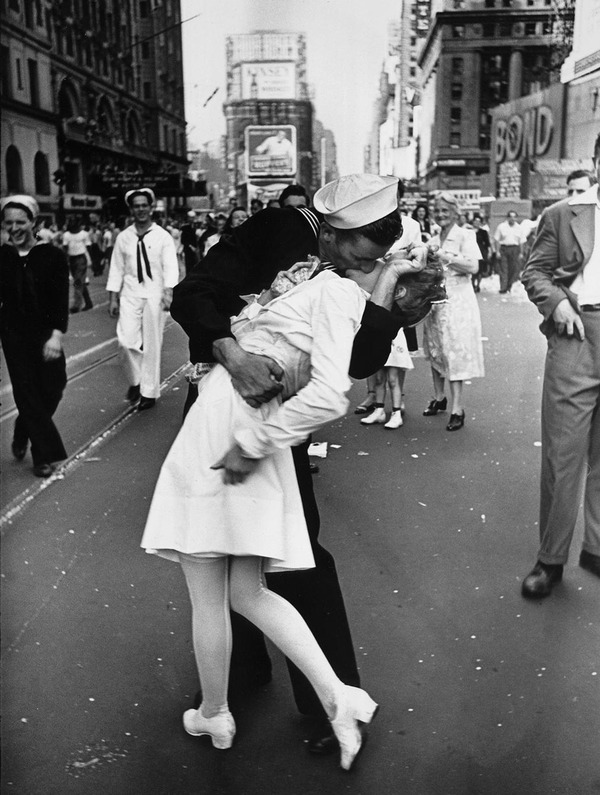 戦時中のラブストーリー。別れを惜しむ恋人たちのキス画像など (2)
