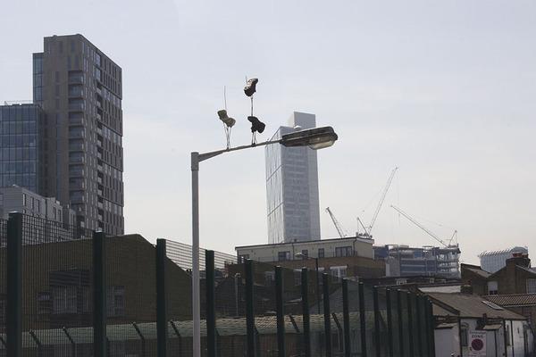重力が反転したような靴がロンドンの街に現る (3)