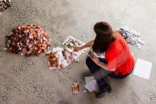 ティーバッグを2万個使って描かれた絵画アート