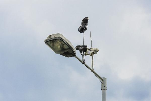 重力が反転したような靴がロンドンの街に現る (4)