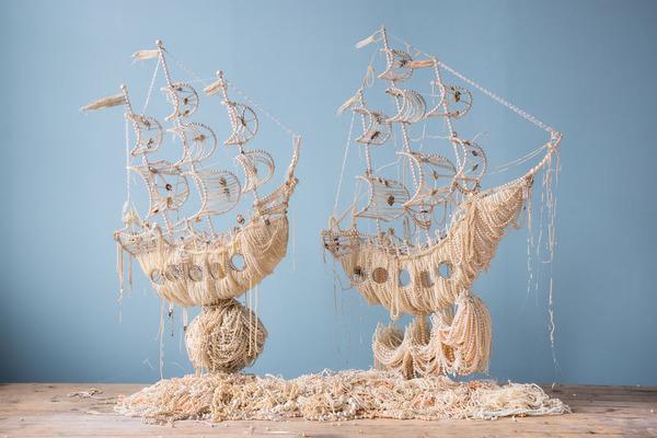 パールネックレスで作られた真珠の海に浮かぶガレオン船 1