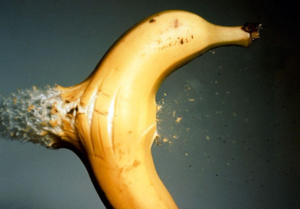 バナナ 弾丸が貫通する写真、スーパースローモーション (5)