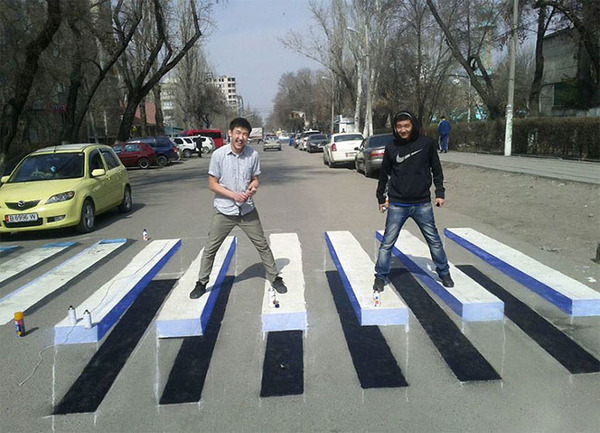 3Dペイントが施されたインドの横断歩道 (5)