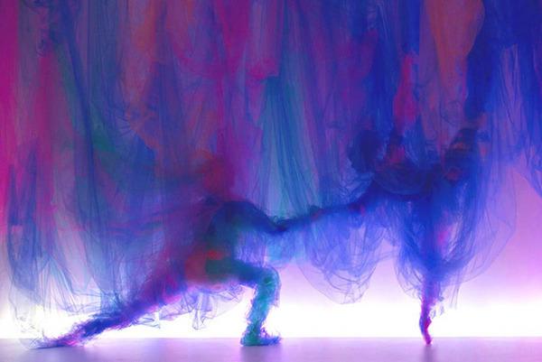 薄手の布で形作られる男女の肖像画やダンサーの動き (7)