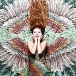 空を自由に飛びたいな!優雅な翼が描かれたスカーフデザイン