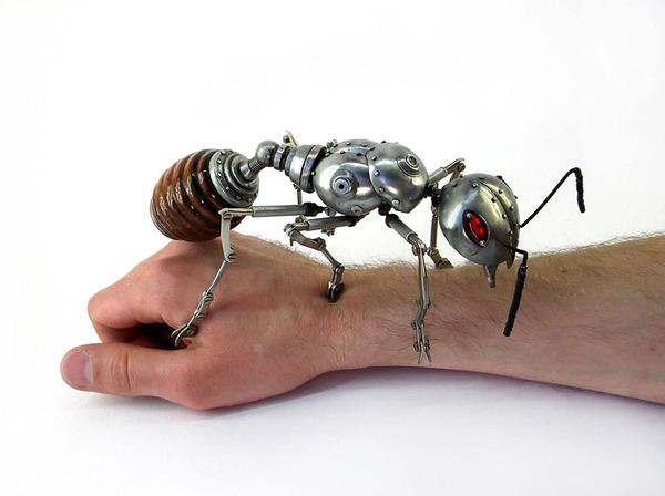 巨大な機械のアリ