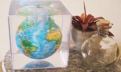 地球が回る。太陽光の力で回転する小さな地球儀『MOVA Cube』