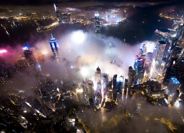 息をのむ光景!霧がかかる香港の写真