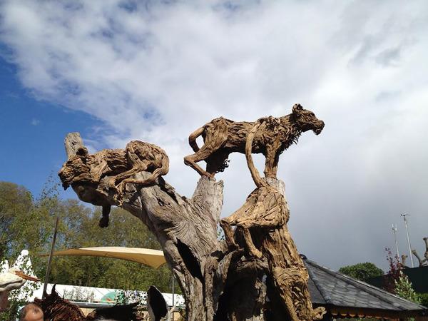 流木で作られたライオンの彫像,彫刻