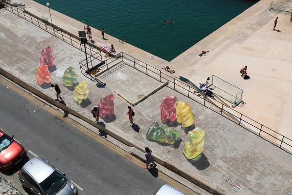 クマのグミのストリートアート (1)