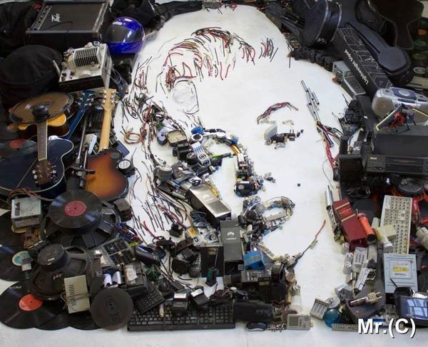 音楽機材や電子機械を積み上げて有名人の肖像画を描く! (4)