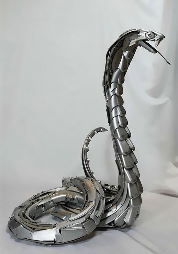 車の金属部品でメタリックな動物彫刻!ホイールキャップ (11)
