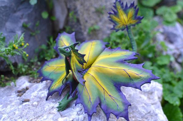 木の葉と一体となった小さなドラゴンの彫刻 5