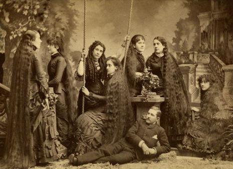 昔の人は髪の毛が超長い!ビクトリア朝の女性の白黒写真 (14)