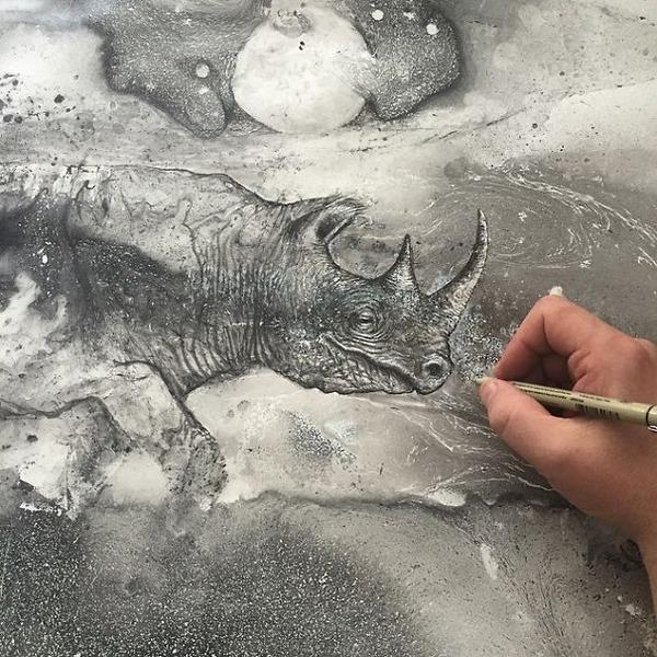 インクを注ぎ、飛び散らせてカオスなイラストレーションを描く (17)