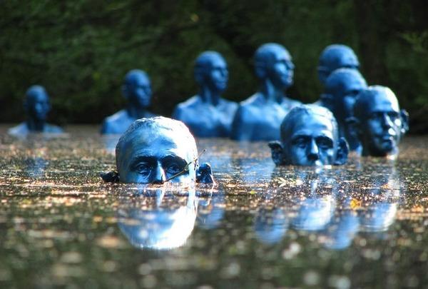 地球の環境問題がテーマ。池の中に水没していく青い男の像 (1)