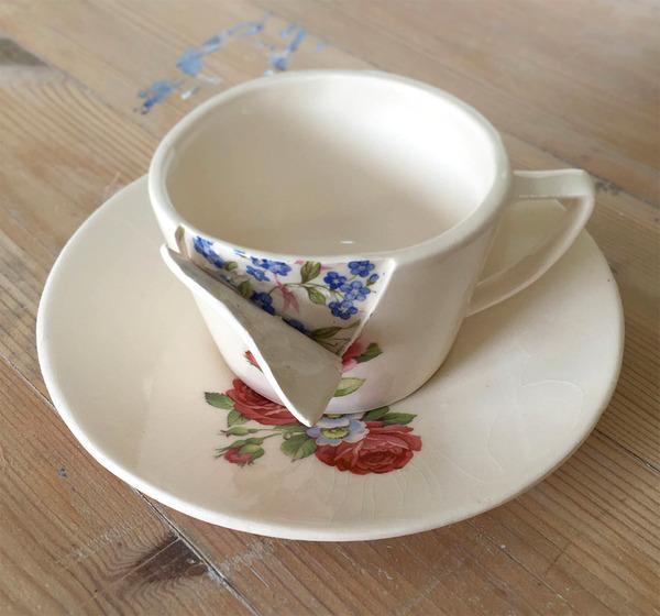すんごい盛り付けしにくそう。ペロリと捲れた陶器のお皿 (2)