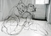 クロッキーみたい!ワイヤーをねじって描写される動物たちの彫刻