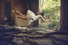 宙に浮かぶ女性。無重力の世界を表現したアート写真「Gravity Zero」