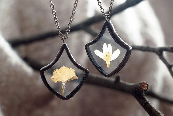 花びらや葉っぱなどの自然が閉じ込められたガラスのネックレス (18)