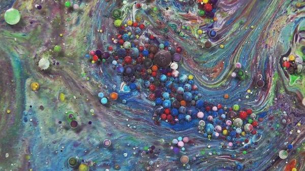 混合されたカラフルで不思議な液体が旋回し流動する動画 (2)