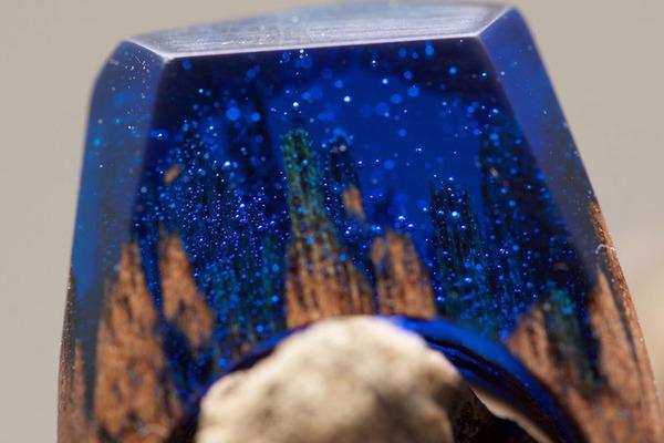小さな世界が隠されている木と樹脂の指輪 (6)