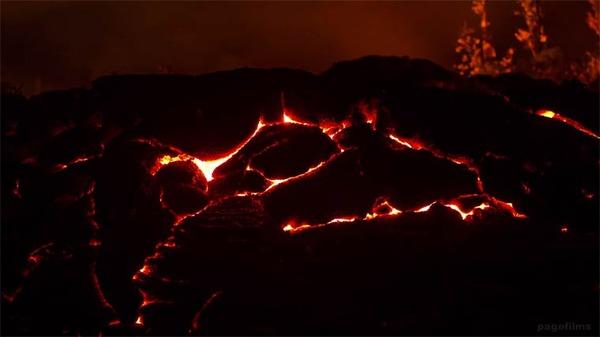 大地が割けて溶岩が噴出す