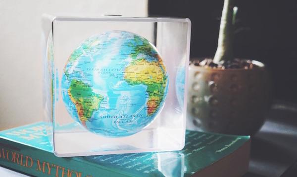地球が回る。太陽光の力で回転する小さな地球儀『MOVA Cube』 (1)