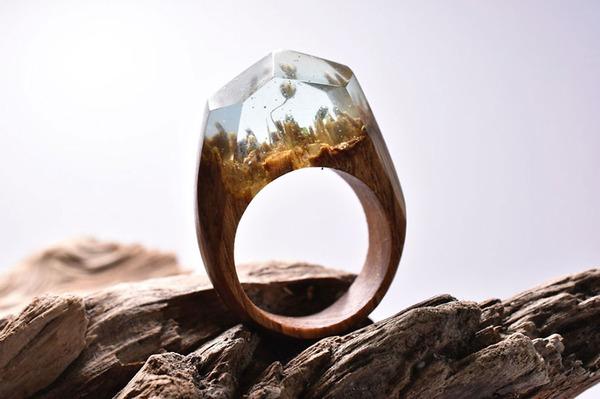 小さな世界が隠されている木と樹脂の指輪 (10)