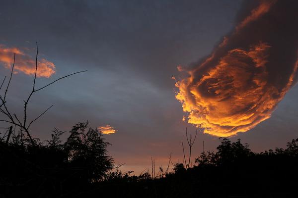 火の玉?神の手?マデイラ諸島の上空に現れた雲が凄い! (1)