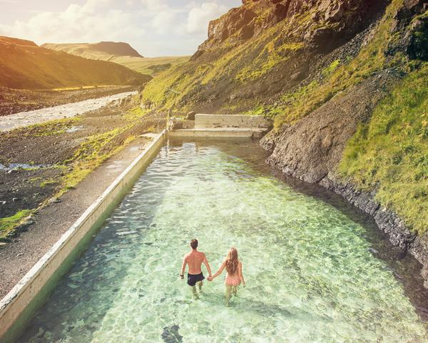 伝統的な結婚式を挙げずにアイスランドを旅したカップル (2)